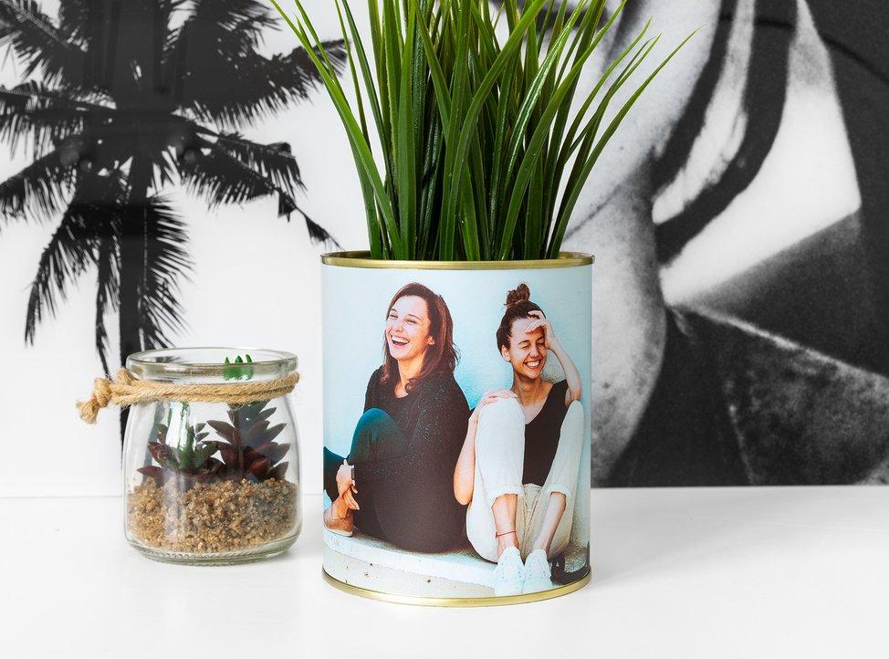 contenitore con foto stampata usato come vaso per pianta